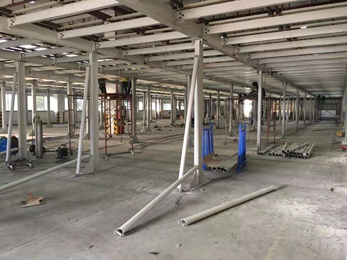 平台结构还可分为:     1)直接搁在厂房柱的三角架或牛腿上的平台